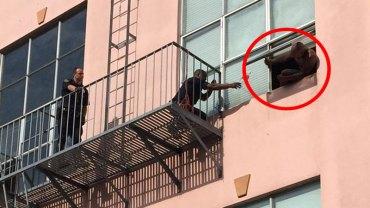 Ten facet wyszedł na parapet i chciał skoczyć z bloku, wtedy policjant przyniósł mu kota… Zobaczcie, co wydarzyło się później!