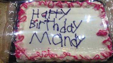 Kobieta dostała brzydko wykonany tort, pomimo tego była bardzo szczęśliwa! To zaskakujące dlaczego!