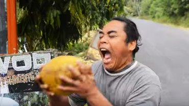 Ten facet otwiera zębami kokosa w 15 sekund! Miejmy nadzieję, że ma dobrego dentystę!
