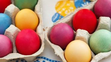Naturalne barwniki do wielkanocnych jajek. Zobacz, jak zafarbować je domowym sposobem!