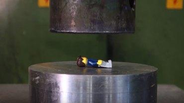 Klocki LEGO kontra prasa hydrauliczna. Poznajcie niszczycielską siłę tego popularnego urządzenia