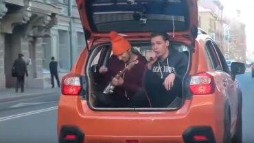 Młodzi Rosjanie wpadli na świetny pomysł, jak umilić kierowcom stanie w korkach i dali koncert wprost z bagażnika!