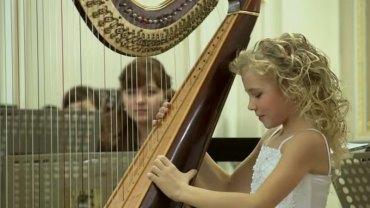 Poznajcie Alisę, piekielnie zdolną dwunastolatkę, która pokochała grę na harfie
