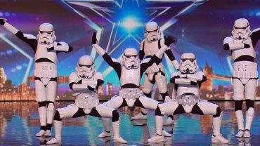 """Oddział klonów z """"Gwiezdnych Wojen"""" tańczy w brytyjskim """"Mam talent"""". Zobaczcie, czy jury doceniło ich występ"""