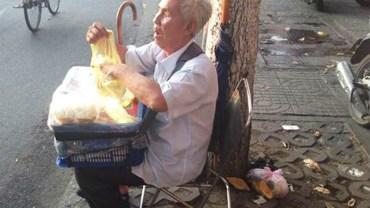 Ten niewidomy mężczyzna każdego dnia wychodzi na ulicę z plastikowym koszykiem. Jego zawartość sprawia, że ludzie ustawiają się w kolejce!
