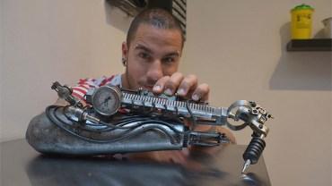 Artysta tatuator stracił rękę, ale to nie przeszkodziło mu w realizacji pasji!