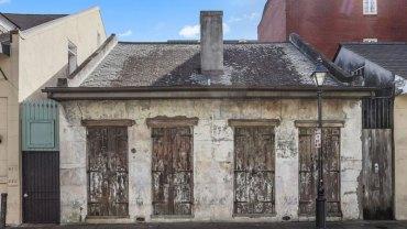 Ten dom wygląda na zaniedbany, ale jego wnętrze zwala z nóg. Nigdy nie zgadniecie, jaka gwiazda muzyki jest jego właścicielem