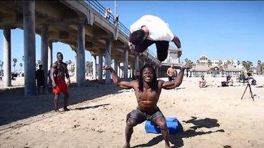 Na widok tego, co ci faceci robią na plaży ma się gęsią skórkę. Zobaczcie mistrzów opanowania własnego ciała