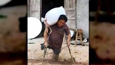 Ten ojciec nie ma nóg i dźwiga ciężkie worki, by wykarmić czwórkę swoich dzieci. Jego poświecenie jest godne podziwu