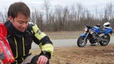 Ojciec i syn wybrali się na wycieczkę motocyklami, a ich wyprawa zakończyła się wizytą u weterynarza. Komu pomogli mężczyźni?