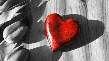Naukowcy odkryli 4 powody, które sprawiają, że ludziom inteligentnym trudniej się zakochać