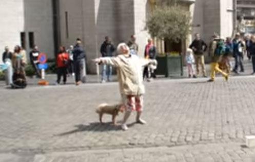Ta babcia wyszła tylko na spacer z psem, ale gdy usłyszała ulicznego beatboxera, to muzyka zawładnęła jej ciałem!