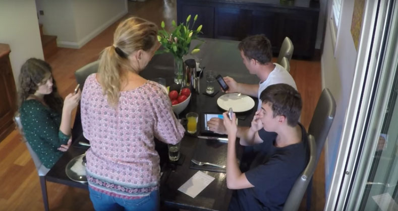 This seemingly ordinary pepper grinder has incredible power: it cuts Wi-Fi and disconnects applications! Here's the latest gadget meant to create a family atmosphere at the table 2