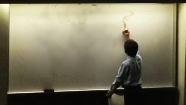 Autystyczny chłopiec podszedł do tablicy i zaczął rysować. To, co stworzył, wywołało zdumienie u wszystkich studentów!