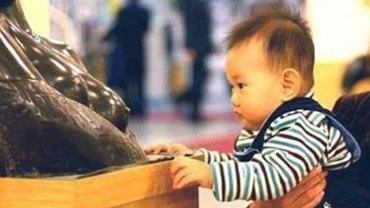 Zachowanie tego chłopczyka rozbawiło zwiedzających, lecz totalnie przeraziło kustoszów muzeum. Ten maluch zdecydowanie ma apetyt na sztukę….