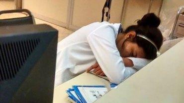 Pewien mężczyzna umieścił w internecie zdjęcie dyżurującej lekarki, która śpi na biurku. Reakcja medycznego świata dała mu wiele do myślenia