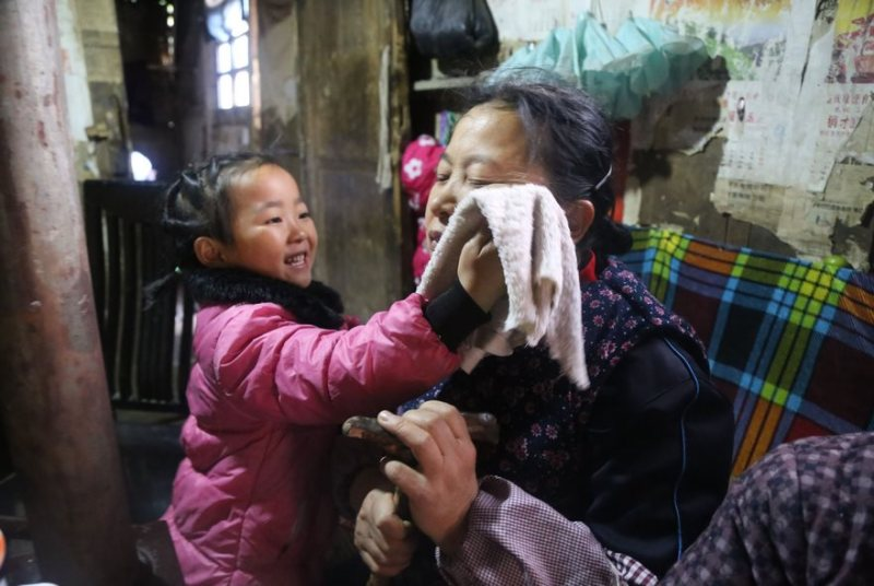 This five-year-old takes care of her 92-year-old grandmother by herself after her mother abandoned them. Discover the story of this brave girl whose life is not easy 3
