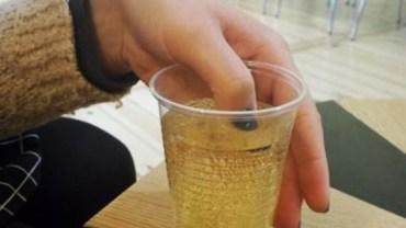 Włożyła palec do drinka, którego kupił jej nieznajomy. Gdy spojrzała na paznokieć, wiedziała, że musi uciekać!