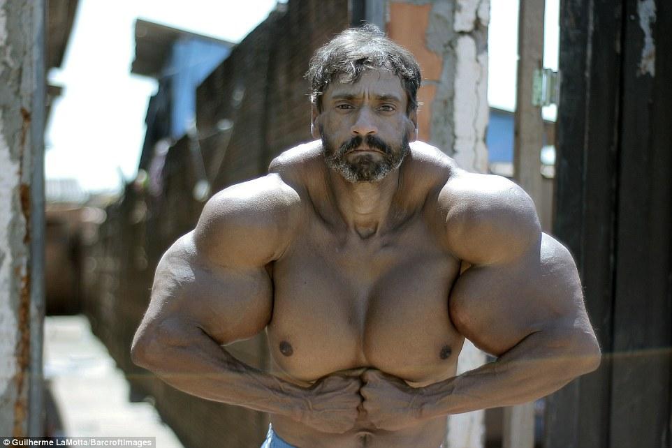 48-letni budowlaniec chciał wyglądać jak kulturysta. Efekt? Dzieci się z niego śmieją, a kobiety omijają szerokim łukiem!