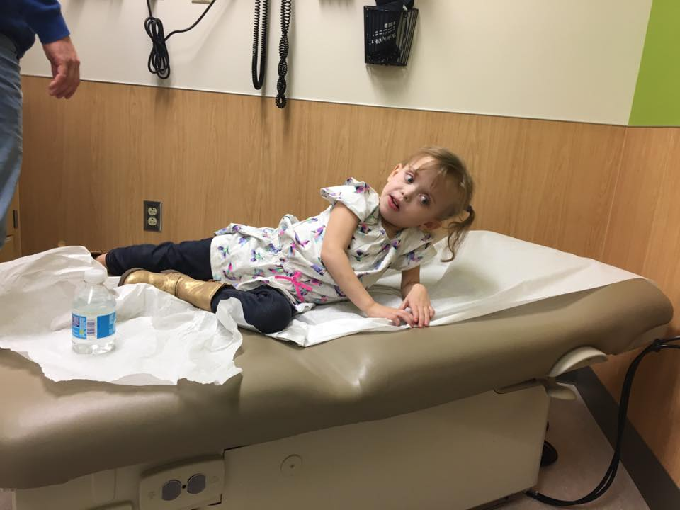 Choć ma zaledwie 8 lat musi walczyć z rakiem, na szczęście ma wspaniałe wsparcie. Na urodziny dostała 6 000 kartek!