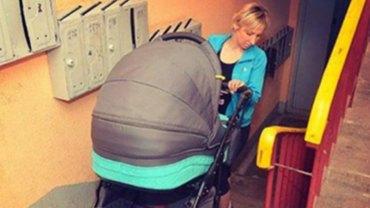 Mężczyzna chamsko odezwał się do swojej sąsiadki znoszącej po schodach wózek z dzieckiem. Na szczęście szybko zapłacił za swoją arogancję