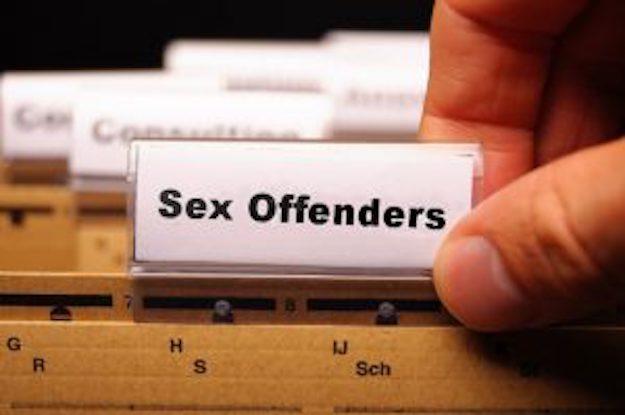 Molestowany seksualnie mężczyzna wykorzystał rejestr przestępców seksualnych, by wytropić dziecięcych oprawców i krwawo ich ukarać. Na pedofilów polował z młotkiem w dłoni!