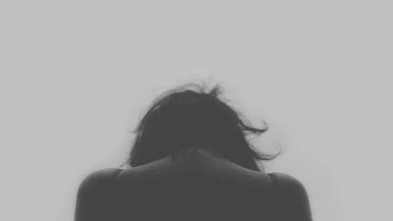 Kobieta poszła do lekarza z bólem brzucha. Ten, gdy zobaczył prześwietlenie od razu wysłał ją na blok operacyjny i do psychiatry