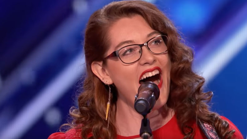 10 years ago, she lost her hearing, but not her love for music! See how you can sing fantastically without hearing tones! 3
