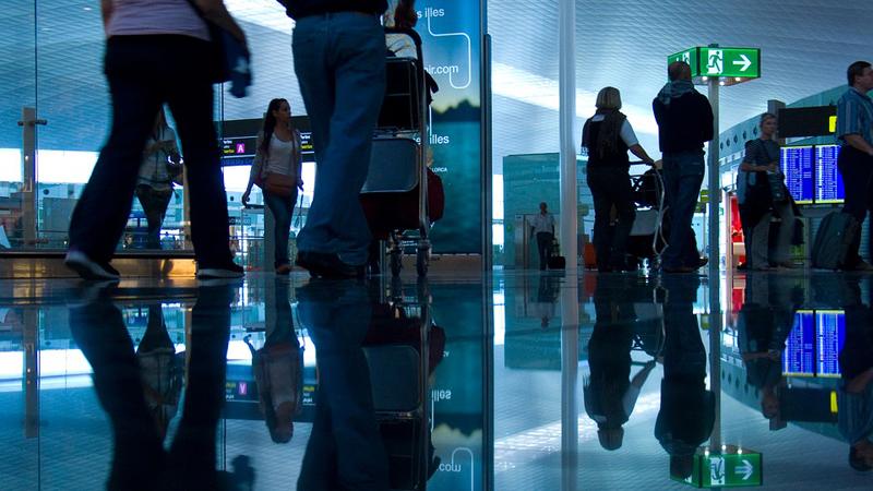 12-latka musiała spać na płycie lotniska, bo miała zbyt duży bagaż. To kolejny dowód, na to, że biurokracja jest dziś ważniejsza od człowieczeństwa!