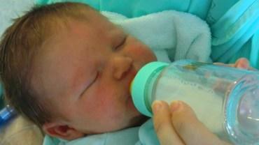Dostrzegła, że mleko w butelce wnuczki wygląda podejrzanie. Przeszły ją dreszcze, gdy dowiedziała się całej prawdy!