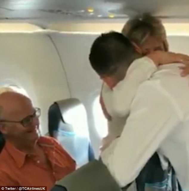 The pilot left the cockpit before the flight to announce to passengers something that brought tears to many of their eyes. 4
