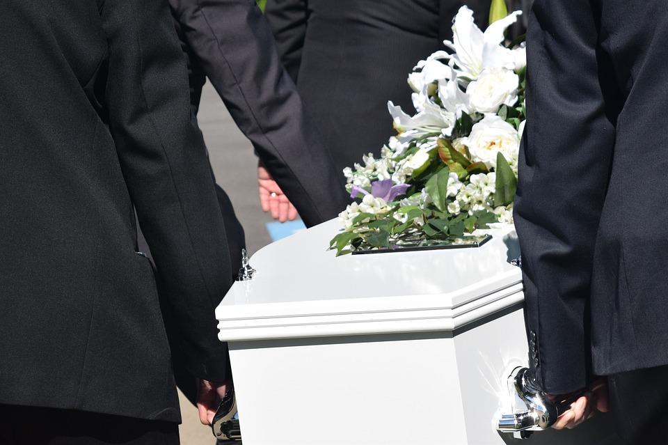 Od 14 lat regularnie jeździ na pogrzeby. Nie robi tego z potrzeby serca, lecz dla korzyści! Ludzie mówią, że jest zwykłą hieną