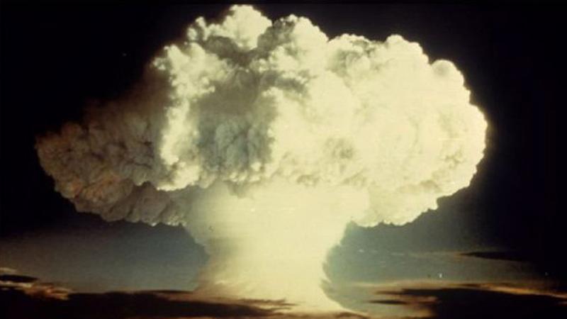 """Robert Oppenheimer zwany """"ojcem bomby atomowej"""" stwierdził, że jej zrzucenie zmieni świat już na zawsze. Patrząc na te zdjęcia, trudno się z nim nie zgodzić"""