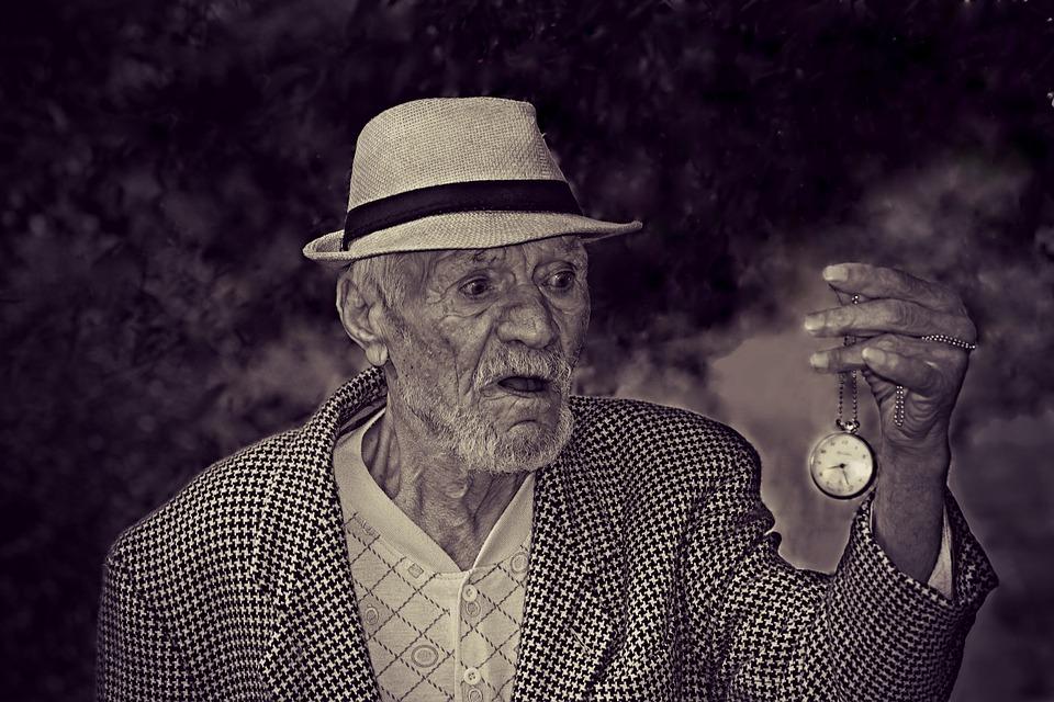 Goła staruszka zeszła do jadalni, bo usłyszała dziwne dźwięki. Gdy złodziej na nią popatrzył, natychmiast zrezygnował z kradzieży!