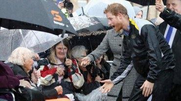 97-letnia seniorka czekała 7 godzin w deszczu, by spotkać Księcia Harry'ego. Gdy ten się pojawił, stało się coś, o czym nawet nie marzyła