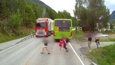 To nagranie z kamery samochodowej norweskiego kierowcy mrozi krew w żyłach i udowadnia, jak ważne podczas jazdy są mocne hamulce