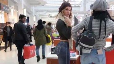 Naga modelka ubrana jedynie w szalik i stringi przechadzała się po centrum handlowym i nikt jej nie zauważył! Jak to możliwe?