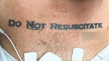 """70-latek w tragicznym stanie trafił do szpitala. Lekarze chcieli go ratować, ale na klatce piersiowej mężczyzny odkryli napis: """"NIE REANIMOWAĆ"""". Co zrobili?"""