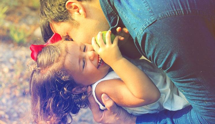 Dwie rodziny, dwa rodzaje miłości i jedno zdjęcie. Ta fotografia więcej mówi o bliskości rodziców i dzieci, niż tysiące słów
