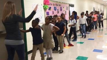 Nauczycielka znalazła sposób, by przyciągnąć uczniów na zajęcia. To zwariowana i bardzo skuteczna metoda