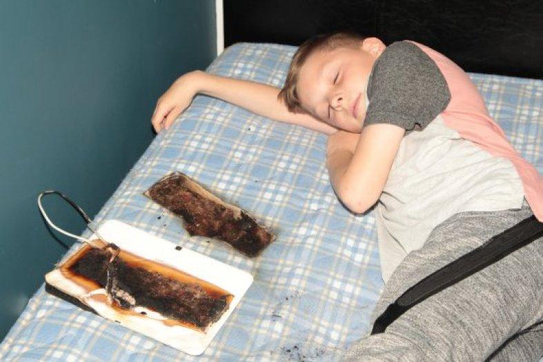 Chciał pooglądać film w łóżku. Rano wszystkich oszołomił przerażający widok pokoju!