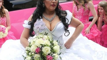 Cygańska panna młoda miała suknię ważącą 63 kilogramy! Ledwo weszła do kościoła