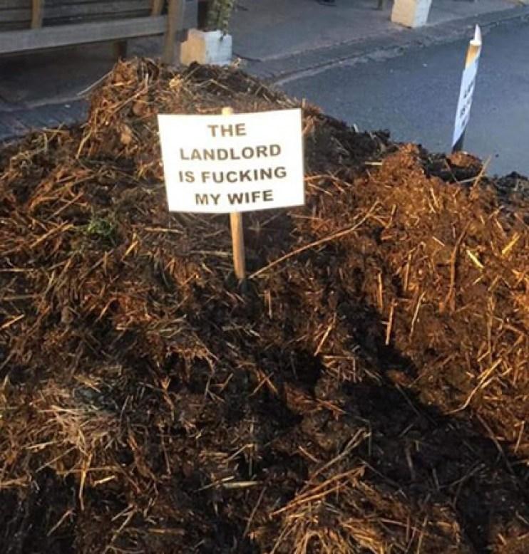 Ktoś podrzucił kupę gnoju pod restaurację! Dołączona informacja wyjaśnia wszystko