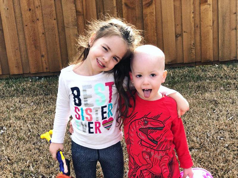 Siostra pociesza chorego na białaczkę braciszka. Zdjęcie rodzeństwa rozdziera serce