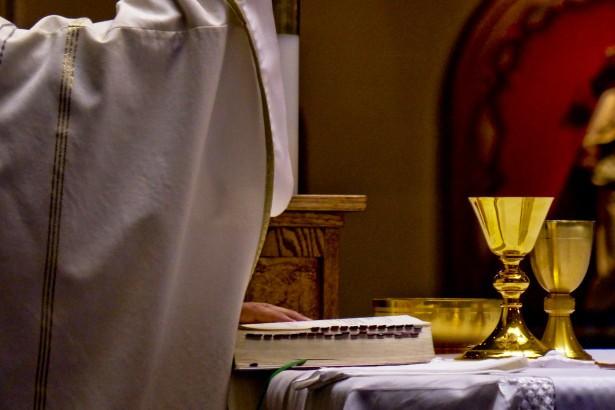 """Bezduszny ksiądz odmawia chrztu dziecka z powodu """"nieświętego"""" znamienia"""