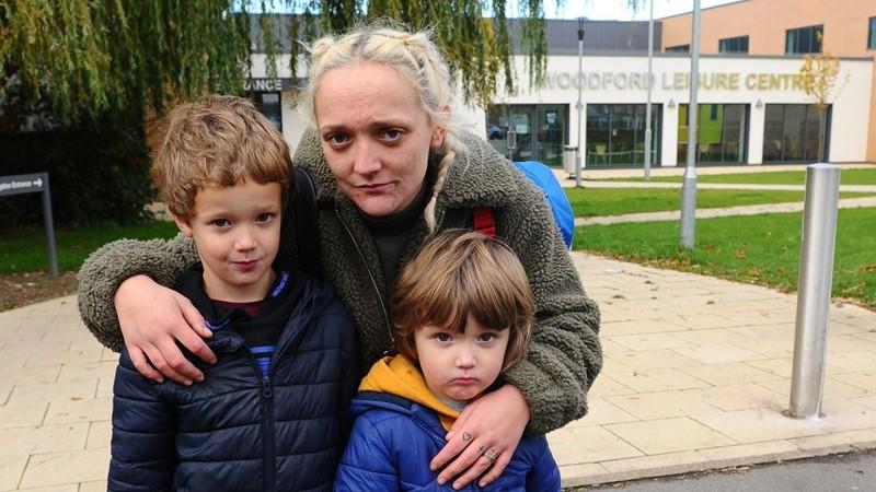 """""""Madka"""" ze złością cisnęła dzieckiem w policjantkę. Tak się cieszyła wychodząc później z sądu"""