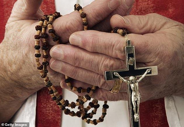 Ksiądz pedofil zmienił ich życie w koszmar, chłopak wziął więc krzyż w dłoń i dokonał strasznej zemsty