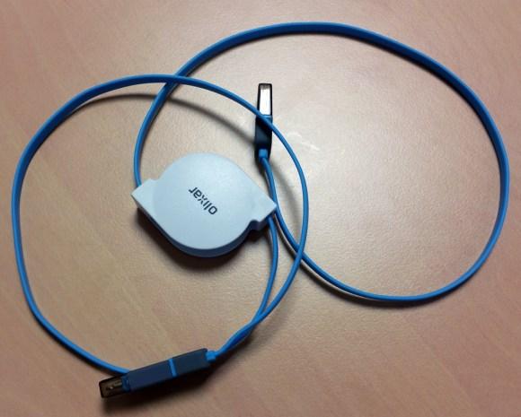 Le câble de charge rétractable Olixar Micro USB & Lightning déroulé