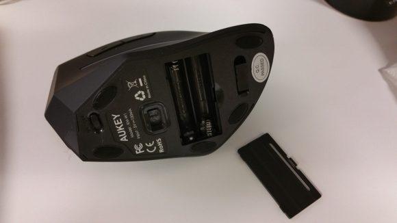 Détail du dessous de la souris ergonomique verticale sans fil Aukey