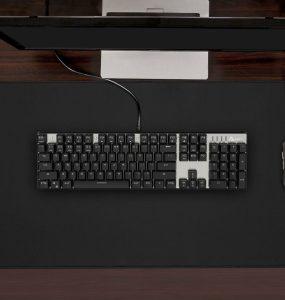 Tapis de souris gaming XXL Aukey sur un bureau avec un ordinateur